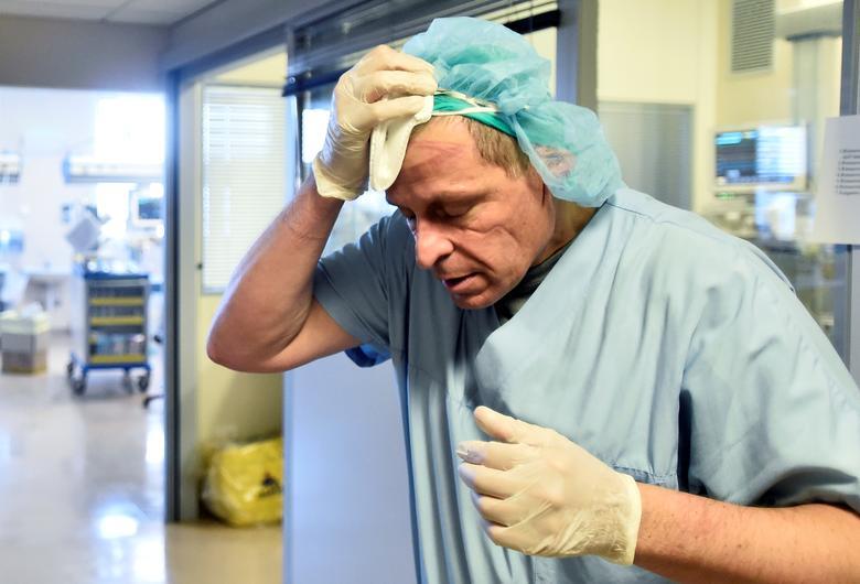 Những vết hằn sâu do khẩu trang, kính bảo hộ để lại trên gương mặt trở thành hình ảnh quen thuộc với các y, bác sĩ.