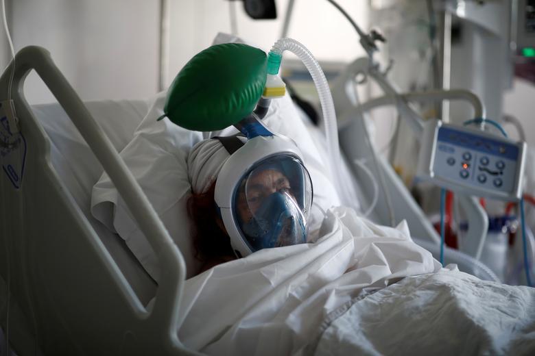 Cảnh tượng bệnh nhân phải gắn máy trợ thở không dễ chịu với đội ngũ y, bác sĩ.