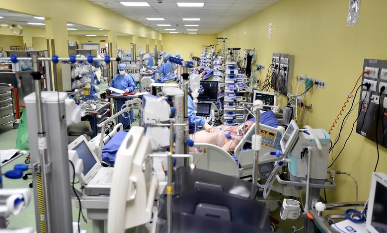 Một cảnh tượng kinh hoàng, khó quên với các y, bác sĩ tại bệnh viên San Raffaele, Milan, Ý. Số người mắc bệnh nặng tăng liên tục khiến khu điều trị tích cực trở nên chật cứng.