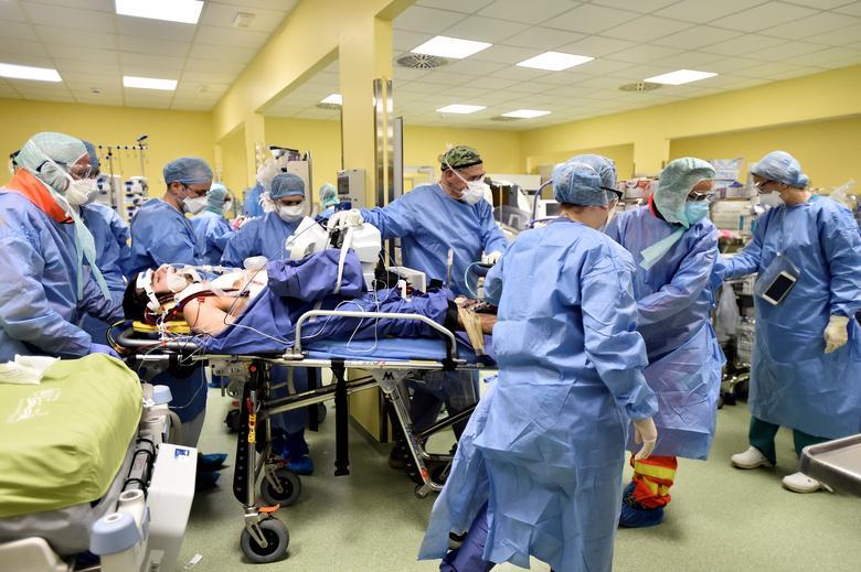 Một bệnh nhân chỉ mới 18 tuổi nhưng bệnh trở nặng khiến nhiều y, bác sĩ phải hợp sức để điều trị tại bệnh viện