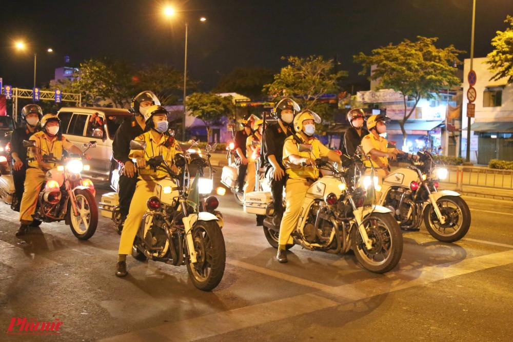 CSGT tuần tra trên đường Phạm Văn Đồng tối 18/4