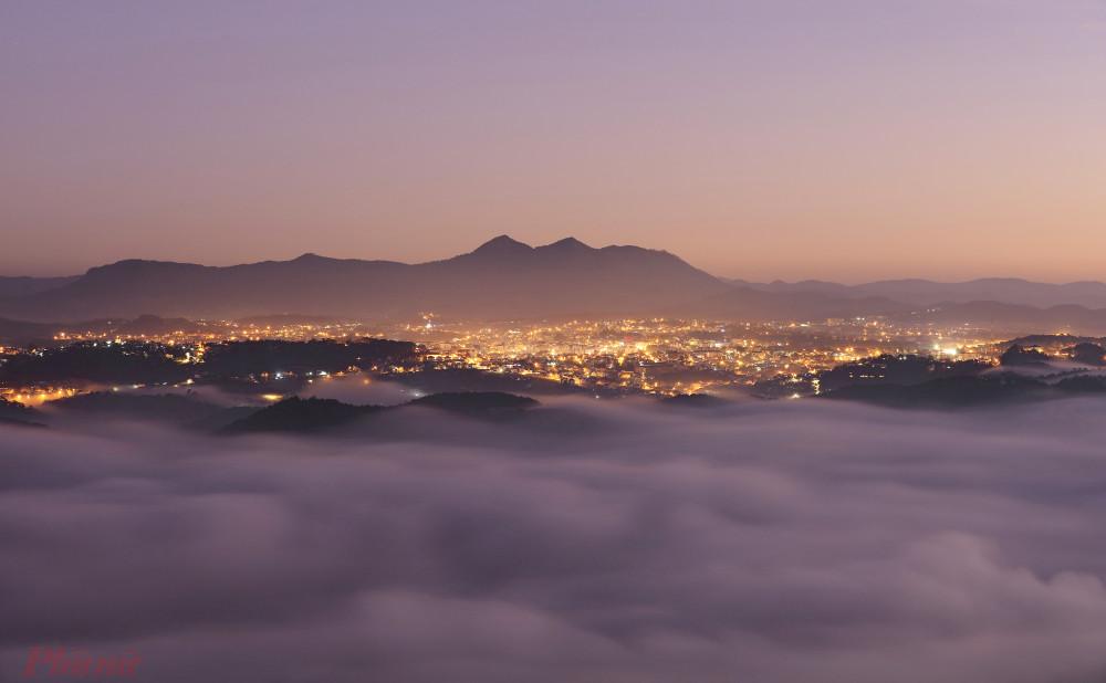 Nhìn từ đỉnh Pinhatt, Thành phố Đà Lạt về đêm trông rất lung linh, huyền ảo. Ảnh: Võ Trang.