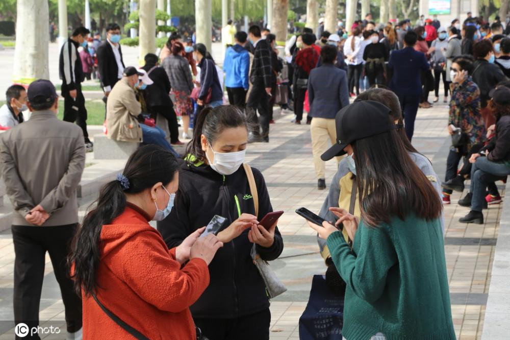 Hai bên trao đổi số điện thoại để thuận tiện cho việc tìm hiểu về sau (Ảnh Sohu)