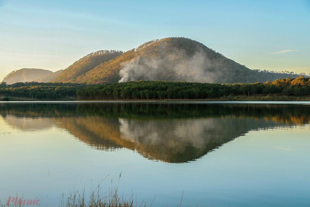 Đỉnh Pinhatt, cao hơn 1.600 m, được nhiều người mê khám phá tìm đến để chinh phục độ cao và săn ảnh mây trời. (Ảnh nhìn từ bến thuyền hồ Tuyền Lâm). Ảnh: Võ Trang.