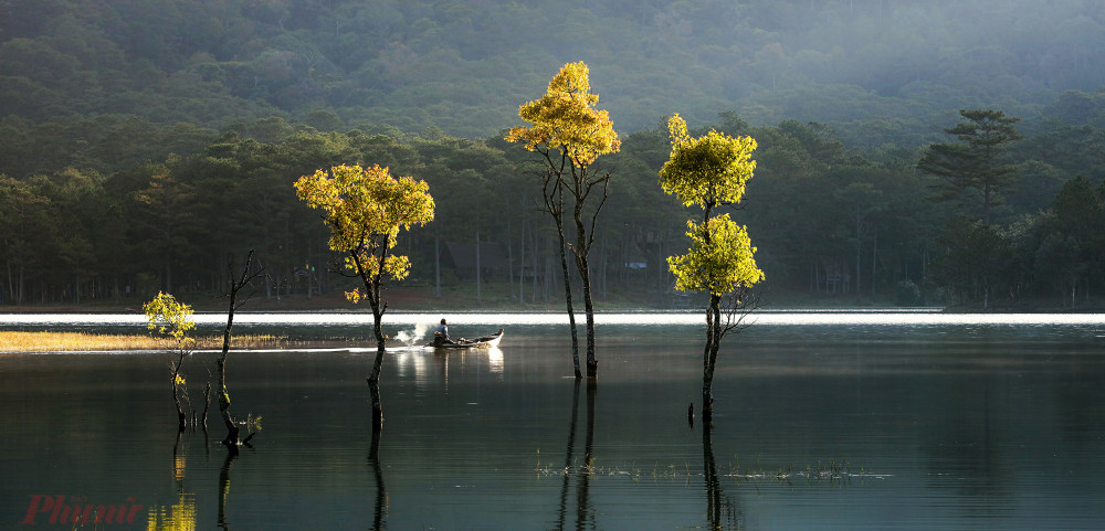 Gần đỉnh Pinhatt là hồ Tuyền lâm - một trong những cảnh đẹp ở Đà Lạt được giới chụp ảnh thiên nhiên ưa thích. Ảnh: Võ Trang