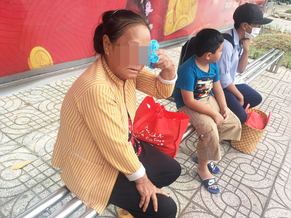Bà già khóc nghẹn cạnh hai cháu nhỏ bên vỉa hè khiến người qua đường khó thể làm ngơ