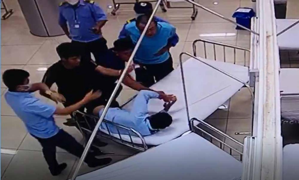 Các đối tượng hành hung nhân viên bảo vệ bệnh viện khi đưa bạn đi cấp cứu