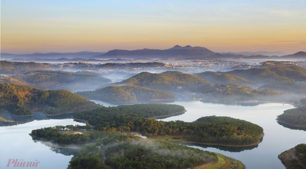 Khi mặt trời lên cao, cũng nhìn từ đỉnh Pinhatt về TP Đà Lạt, quang cảnh lại hiện ra giống như một quần đảo nhỏ. Ảnh: Võ Trang.