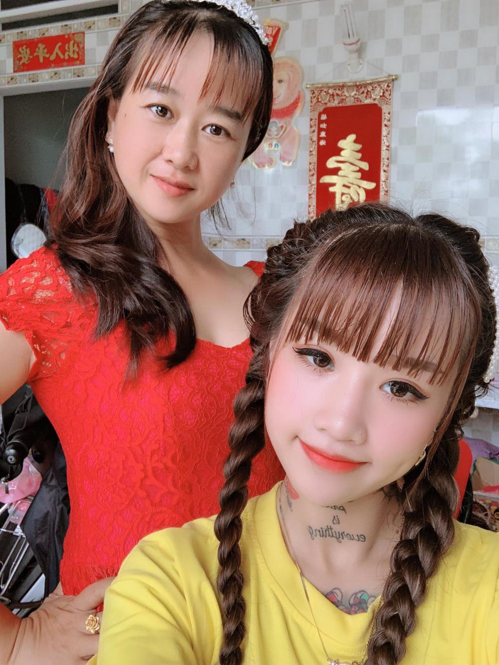 Thiên Hương và mẹ. Cô gái luôn được gia đình yêu thương và bảo vệ khi bị người ta bàn tán.