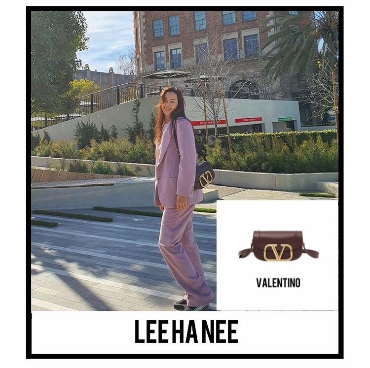 Hoa hậu Honey Lee khoác lên mình bộ suit màu tím pastel thanh lịch đi kèm mẫu túi Supervee màu đen cá tính, sành điệu.