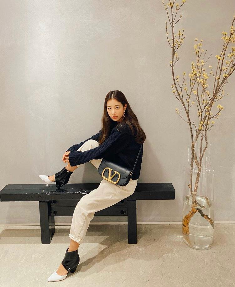 Nữ diễn viên Ki Eun Se lăng xê mẫu túi màu đen size to hơn một chút phối cùng set đồ đơn giản nhưng cá tính.