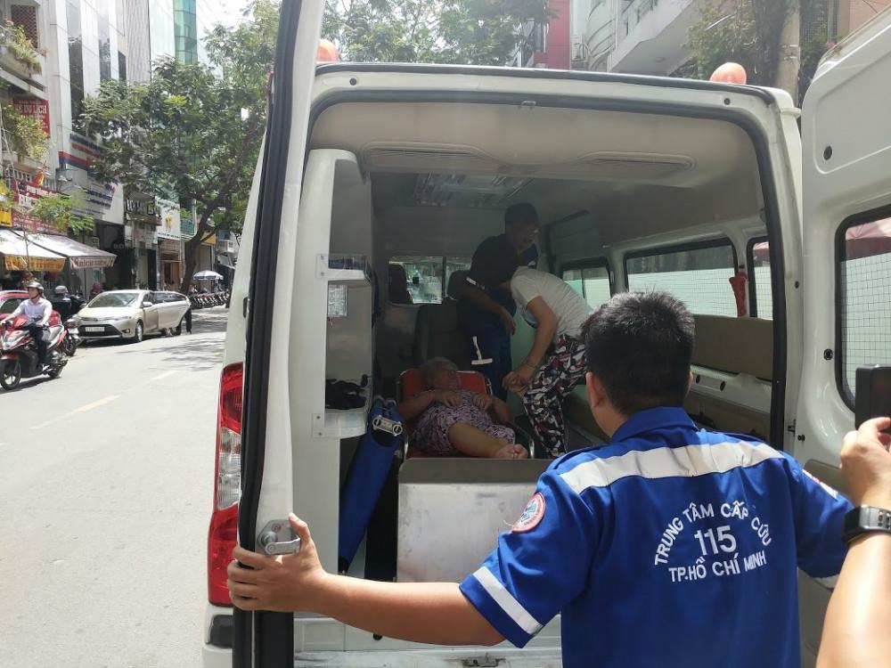 Nhân viên y tế của Trung tâm cấp cứu 115 TP.HCM trong một lần chuyển bệnh