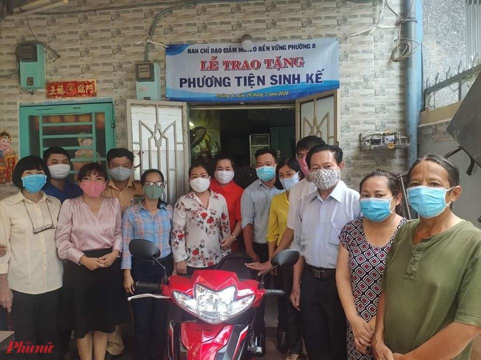 CSGT Tân Sơn Nhất phối hợp với chính quyền địa phương trao xe máy và sổ tiết kiệm cho gia đình ông Lành.
