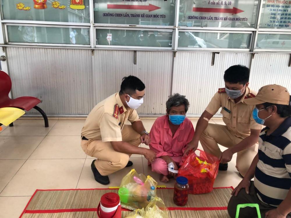 Các chiến sĩ CSGT tặng quà cho bệnh nhân Thành.