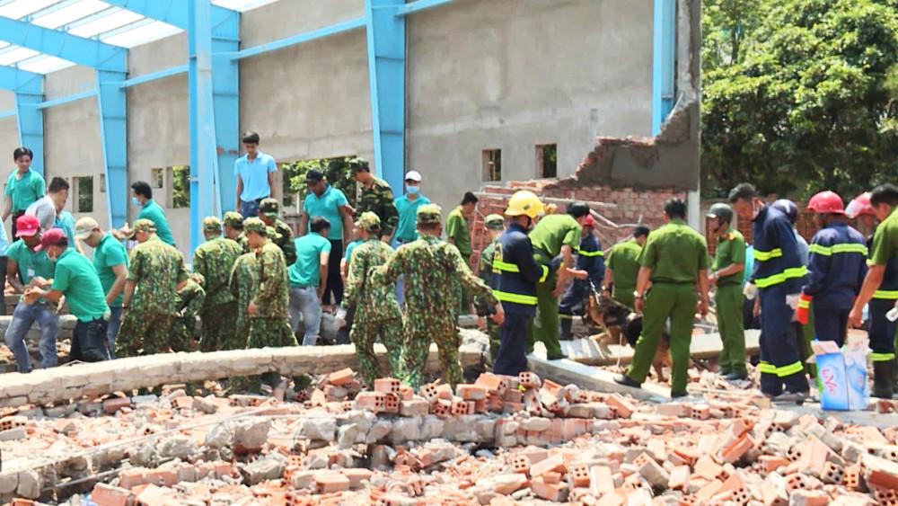 Các lực lượng chức năng tại hiện trường vụ sập tường khiến 7 người chết