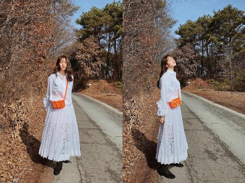 Lee Sung Kyung diện chiếc đầm ren trắng mix cùng mẫu túi màu cam neon rực rỡ. Set đồ không hề cầu kỳ nhưng mẫu túi đã giúp nữ diễn viên trở nên ấn tượng hơn hẳn.