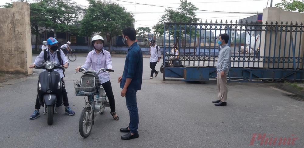 Ngay từ cổng trường học sinh được giáo viên nhắc nhở việc đeo khẩu trang