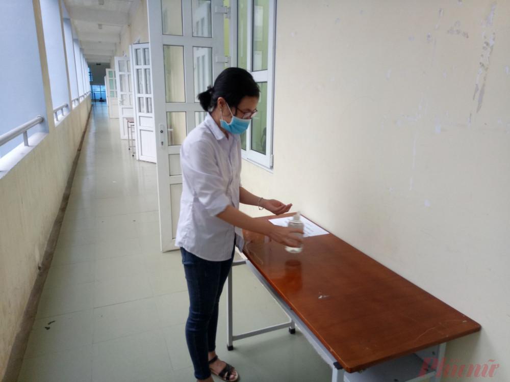Học sinh rửa tay trước khi vào lớp học