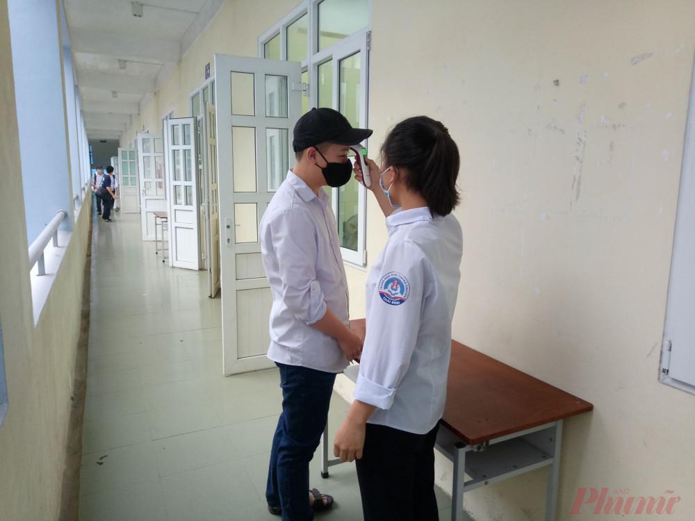 Cán bộ lớp kiểm tra nhiệt độ học sinh trong lớp
