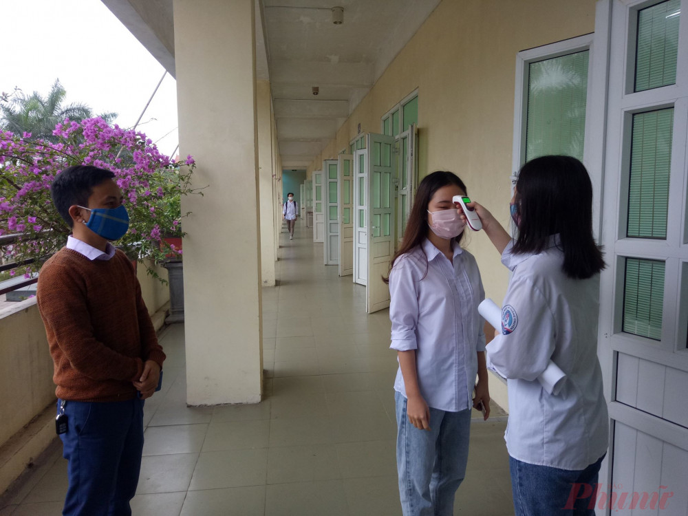 Giáo viên giám sát chặt chẽ công tác kiểm tra thân nhiệt cho học sinh trước giờ học