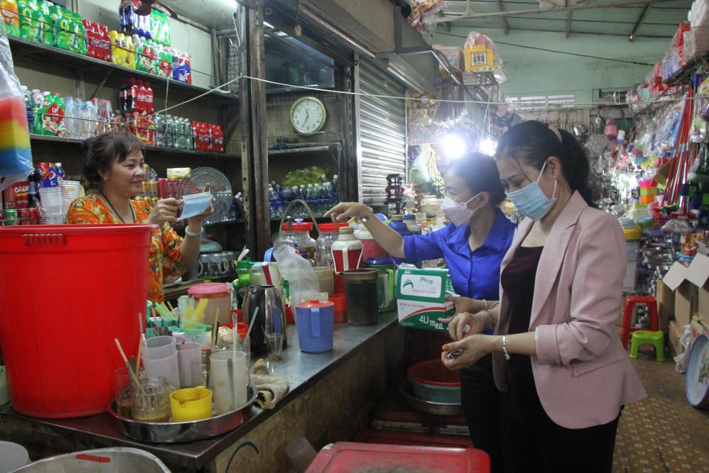 Vận động tiểu thương ở chợ Nguyễn Tri Phương  quận 10, TP.HCM đeo khẩu trang vào thời điểm tháng 2/2020