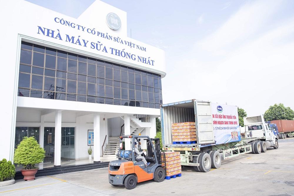 Lô sản phẩm sữa đặc Ông Thọ được đưa vào container chuẩn bị xuất đi Trung Quốc từ Nhà máy sữa Thống Nhất của Vinamilk