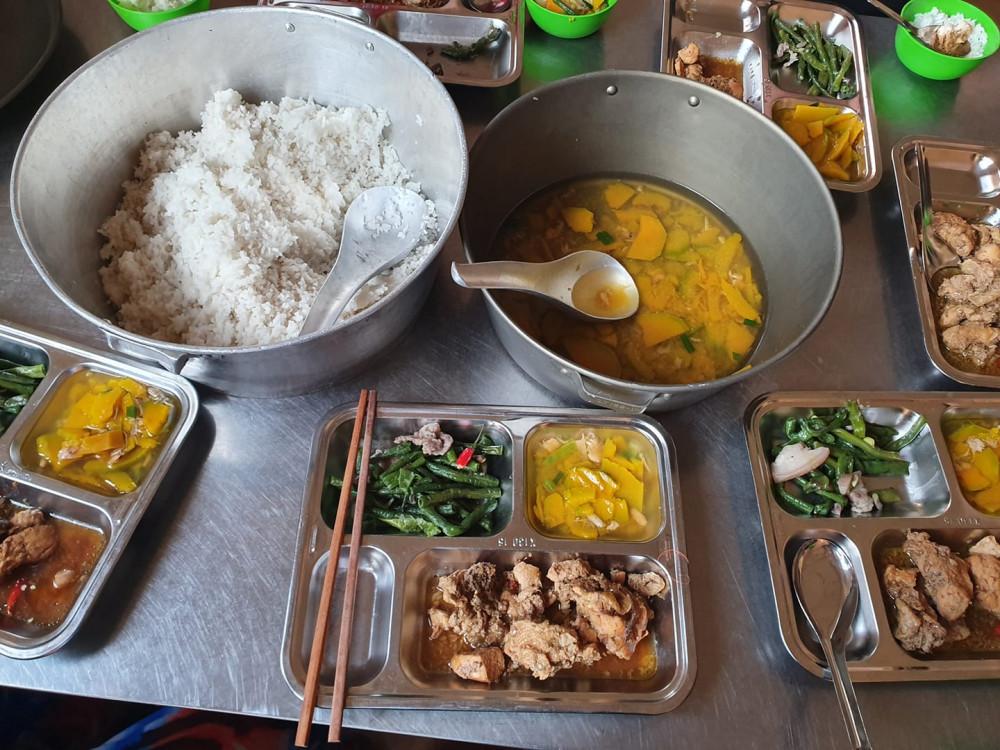 Một bữa cơm do chính các cán bộ, chiến sĩ bộ đội phục vụ cho mọi người trong khu cách ly