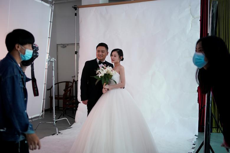 Peng Jing, 24 tuổi và Yao Bin, 28 tuổi, ngụ tỉnh Hồ Bắc, Trung Quốc, chọn chụp ảnh trong studio để chuẩn bị cho hôn lễ.