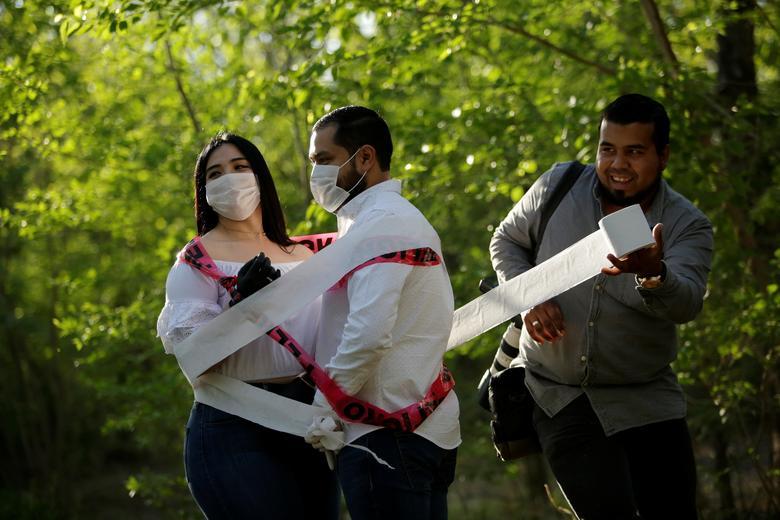 Gabriela Delgado và Eduardo Toduez (ở Ciudad Juarez, Mexico) nảy ra ý tưởng chụp ảnh cưới độc lạ với giấy vệ sinh. Đám cưới của họ cũng bị hoãn do dịch bệnh.