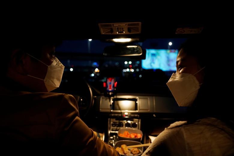Trong khi đó, một cặp vợ chồng ở Seoul, Hàn Quốc lại chọn xem phim trong xe hơi tại rạp chiếu dành cho khách ngồi trên xe hơi để giải toả căng thẳng sau nhiều ngày phải ở nhà.