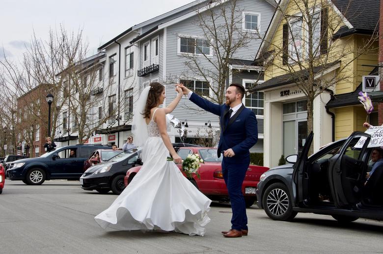 Joshua và Anastasija Davis (sống tại tại Pitt Meadows, British Columbia, Canada), tổ chức lễ cưới không có nhiều bạn bè tham dự do dịch bệnh. Trong ảnh, họ nhảy múa theo điệu nhạc đượ phát ra từ xe hơi của một người bạn. Trước đó, cả hai đã làm hôn lễ tại phòng khách của gia đình vì những hạn chế trong việc đi lại.