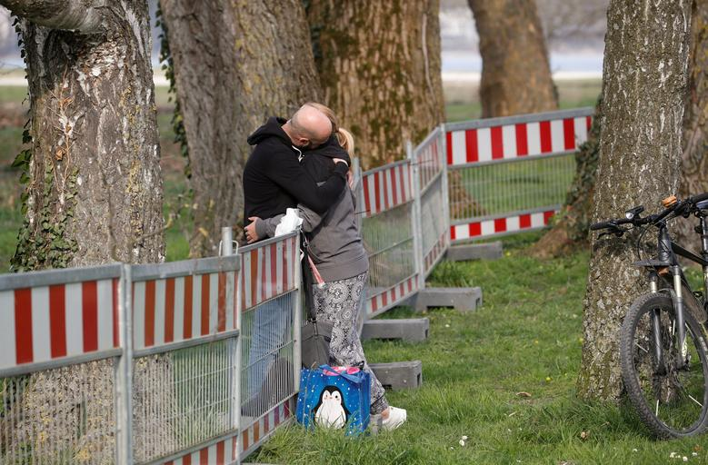 Một cặp tình nhân ôm nhau sau nhiều ngày không gặp tại hai bên bờ rào được chính quyền Đức xây dựng giữa biên giới Đức - Thuỵ Sĩ