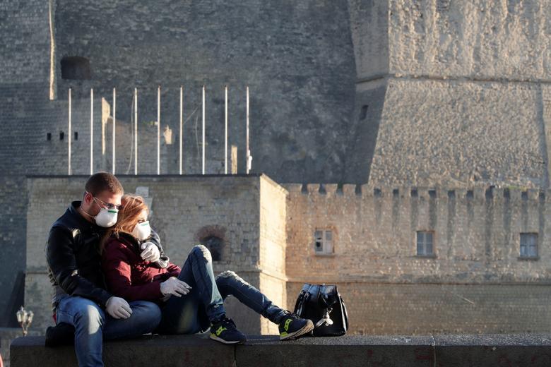 Một cặp tình nhân ở Naples, Ý, ngồi ôm nhau trong không gian vắng lặng vì đất nước vẫn đang trong thời gian phong toả.
