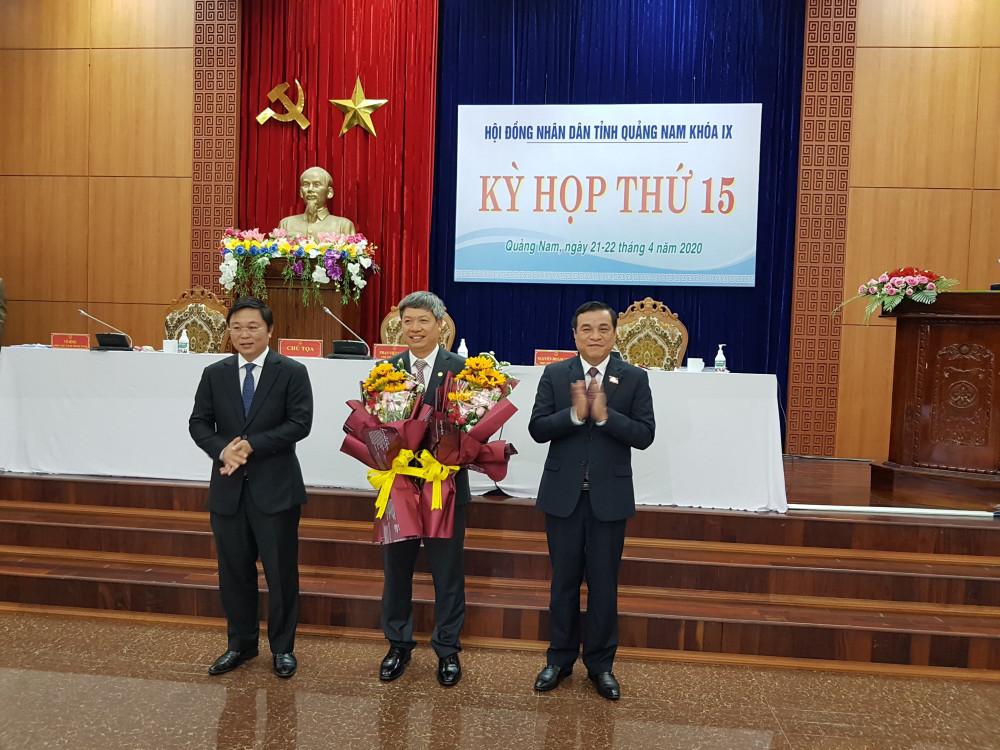 Ông Hồ Quang Bửu nhận hoa chúc mừng giữ cương vị mới