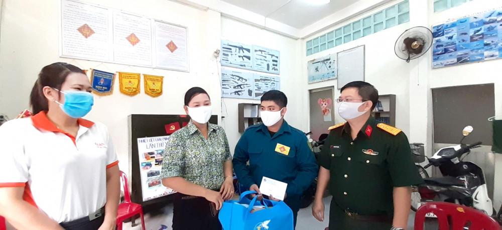 Bà Trần Thị Phương Hoa - Phó chủ tịch Hội LHPN TP.HCM thăm gia đình chiến sĩ Lê Quốc Tiến