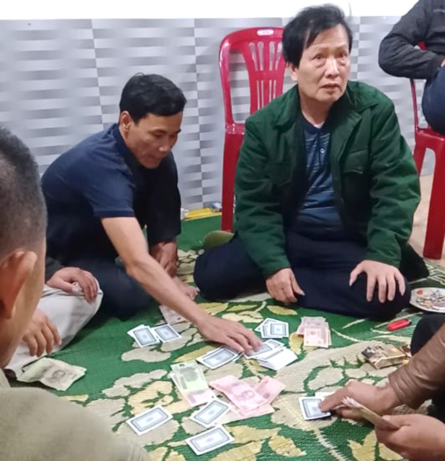 Hình ảnh ông Dũng (mặc áo xanh) tham gia đánh bạc