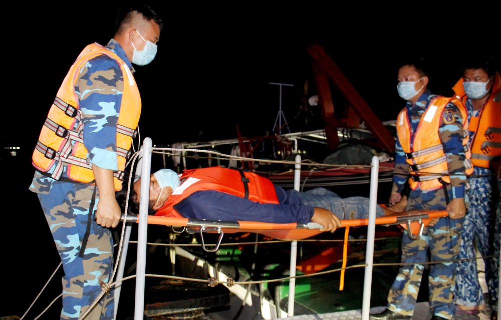 Các cán bộ, chiến sĩ cảnh sát biển chuyển ngư nhân từ tàu cá lên xuồng CSB 709 để tiếp tục đưa vào bờ điều trị