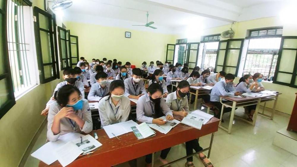 Học sinh Trường THPT Nam Đông Quan (H.Đông Hưng, tỉnh Thái Bình) trong ngày đi học trở lại 20/4 - Ảnh: Đại Minh