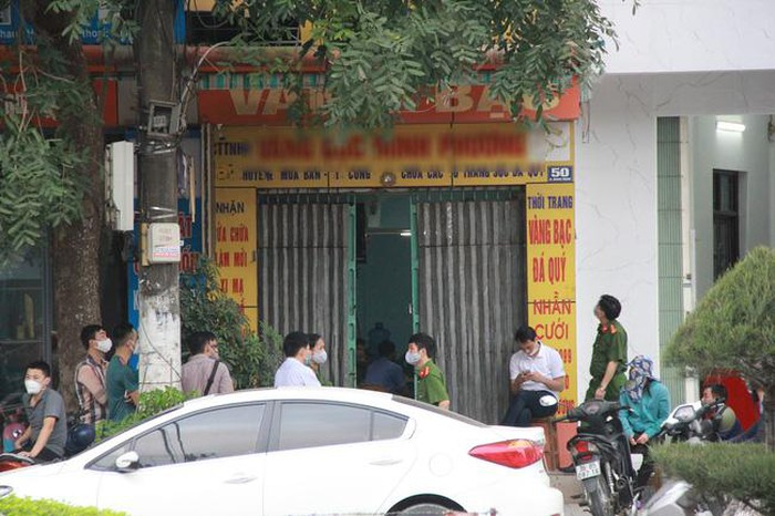 Tiệm vàng 50 Quang Trung bị phong tỏa.
