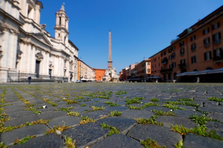 Cỏ mọc xanh trên con đường lát đá tại quảng trường nổi tiếng Piazza Navona ở Rome, Ý. Thời gian qua, không có khách du lịch qua lại nơi đây, người dân cũng hạn chế ra ngoài tạo điều kiện cho cỏ được sinh sôi.