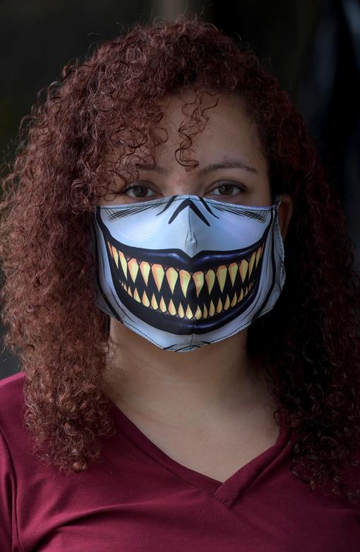 Người phụ nữ ở Belo Horizonte, Brazil đặt hàng một thợ may để có chiếc khẩu trang ấn tượng như mong muốn. Cô cho biết yêu thích những hình ảnh kinh dị.