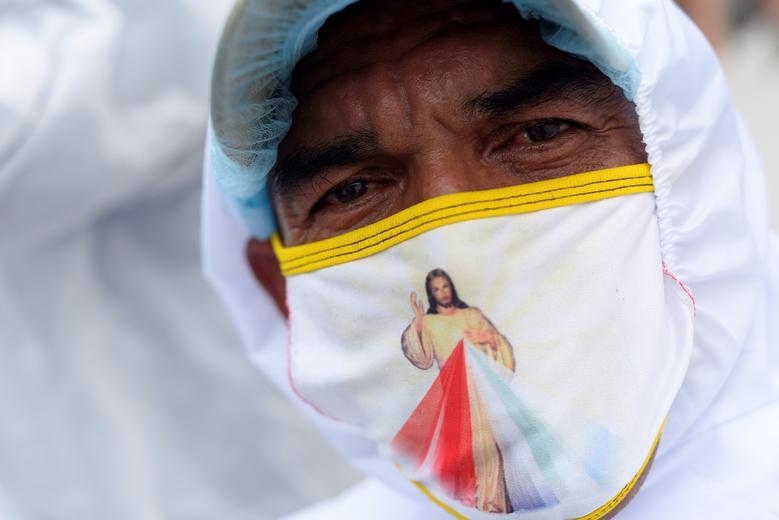 Người đàn ông ở bệnh viện Los Ceibos (Guayaquil, Ecuador), đeo khẩu trang có hin hình Chúa, như một liệu pháp tinh thần để cầu bình an vượt qua dịch bệnh.