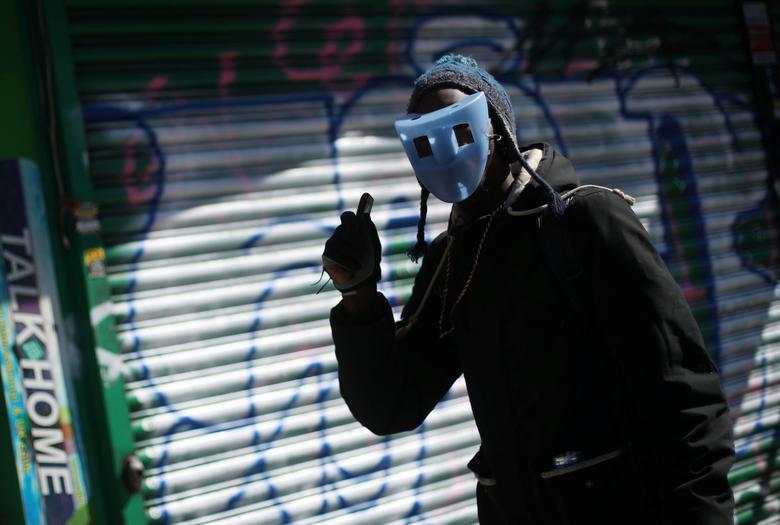 Người đàn ông gây chú ý trên đường phố Dalston, London khi đeo chiếc khẩu trang không giống ai.