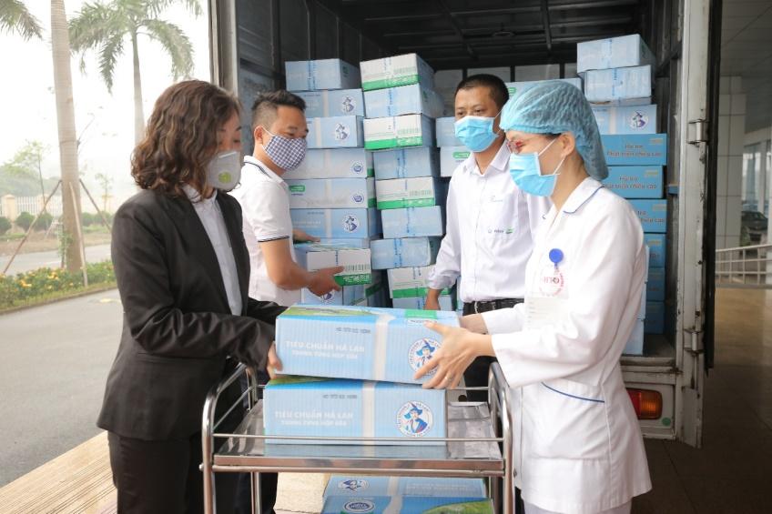 Đích thân lãnh đạo Cô Gái Hà Lan đã trao tận tay những xe hàng mang 15.000 hộp sữa tươi tới cho đội ngũ y bác sĩ và bệnh nhân Bệnh viện Bệnh nhiệt đới Trung ương, chỉ với một mong muốn kịp thời bổ sung thêm nguồn dinh dưỡng hỗ trợ cho tuyến đầu.