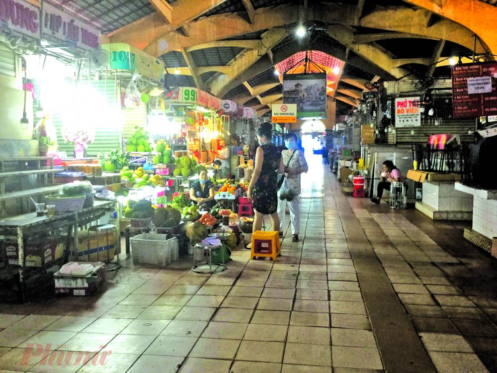 Nhiều sạp tại các chợ truyền thống đóng cửa, vắng khách