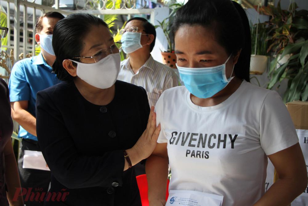Bà Võ Thị Dung chia sẻ khó khăn với nữ công nhân