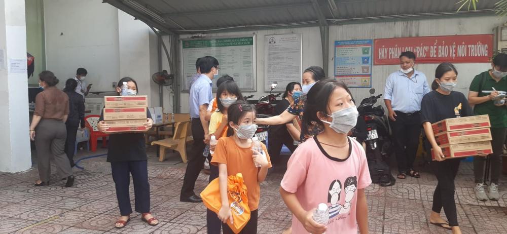 Những em bé ở Ga Sài Gòn được nhận quà từ chương trình