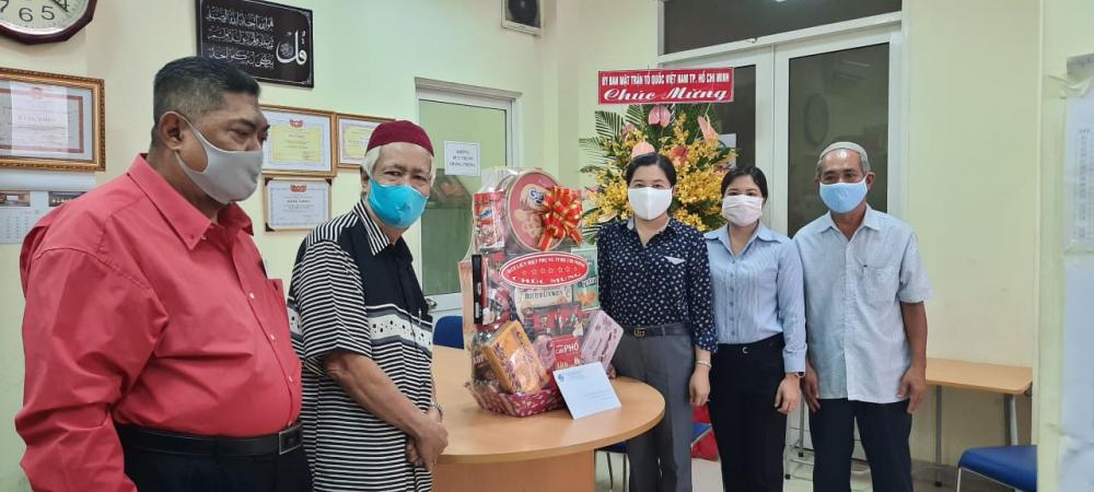 Bà Nguyễn Trần Phượng Trân (thứ ba từ phải sang) trao quà chúc mừng Ban trị sự Cộng đồng Hồi giáo TPHCM