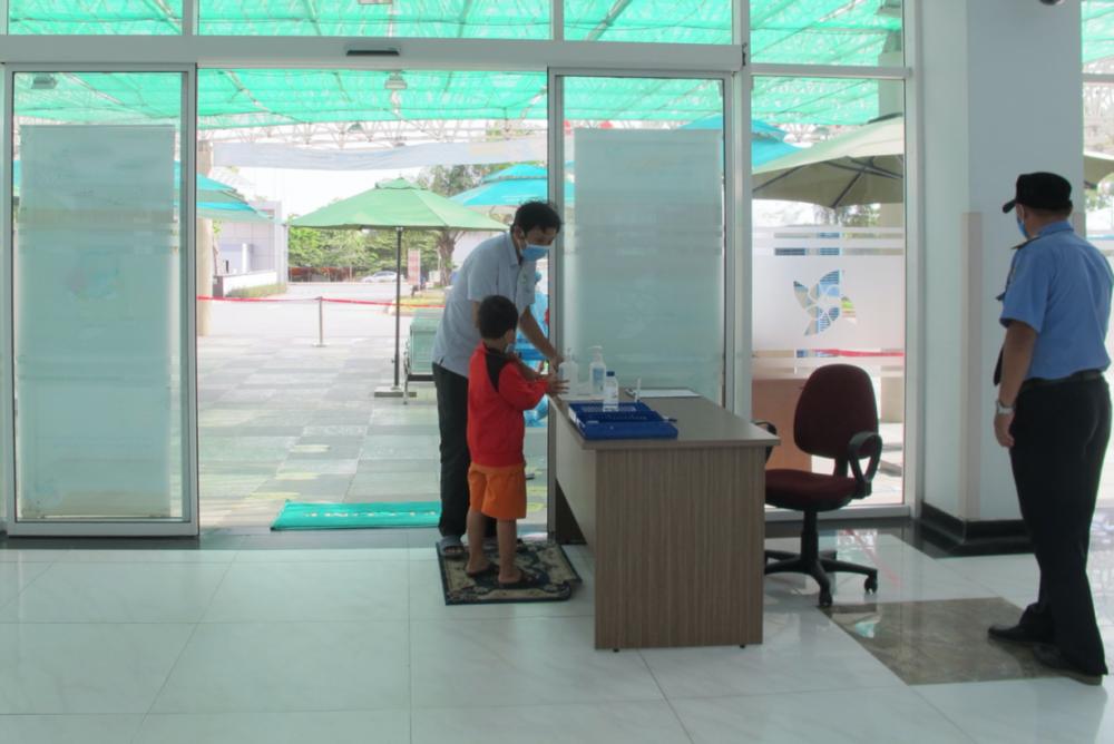 Nhân viên bảo vệ hướng dẫn và kiểm soát rửa tay trước khi vào khoa Khám bệnh