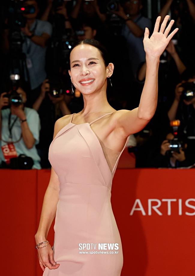 Cho Yeo Jeong lẻ bóng ở tuổi 39.